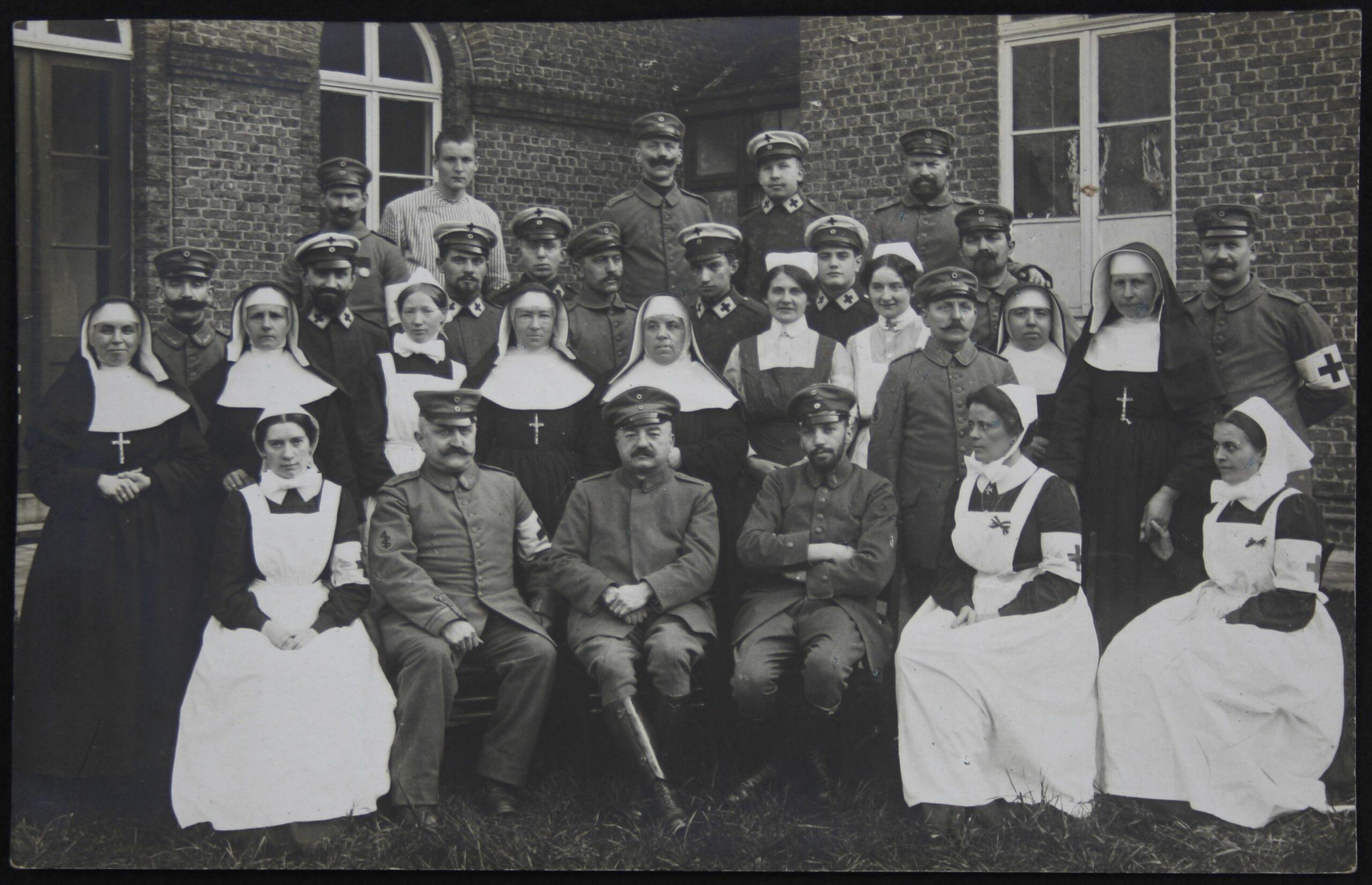 Gruppenfoto mit Max Litthauer, sitzend 3. von links, Lazarett Lille, 1917