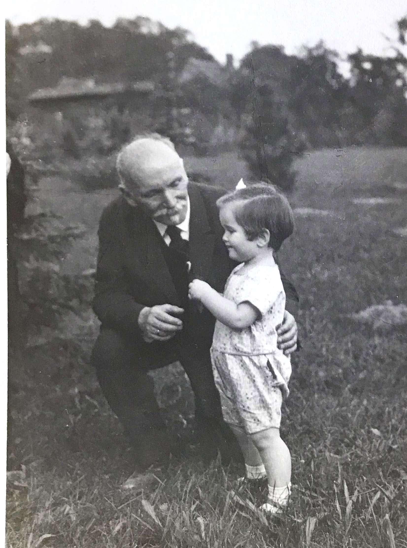 Ernst Neisser mit Enkelkind Agnes 1929 © Nicki Stieda